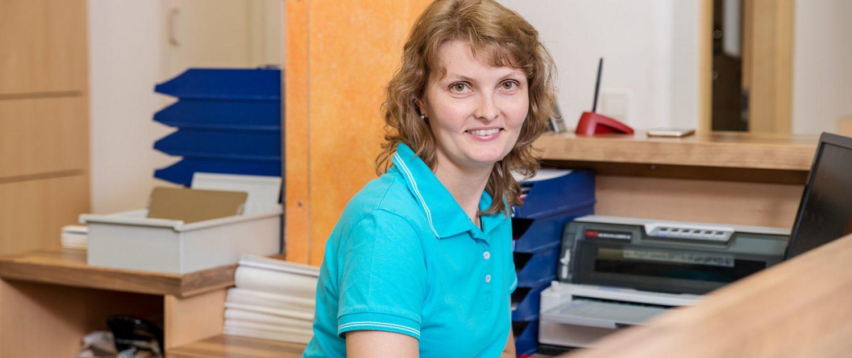 Tanja Schoenwitz am Praxis-Empfang